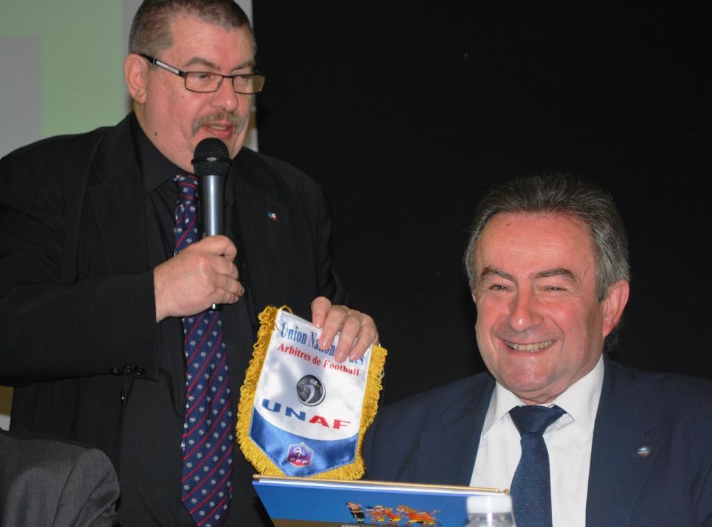 Remise de cadeaux par Gilles à Jean-Claude Renon, Vice-Président du district de la Charente