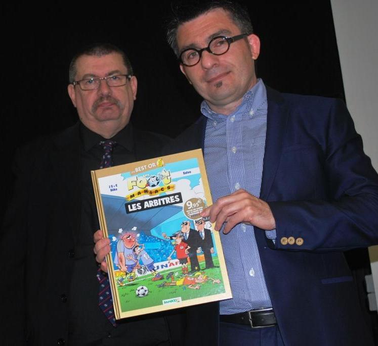 Remise de cadeaux par Gilles à Stéphane Basq, secrétaire général de la Ligue du Centre Ouest
